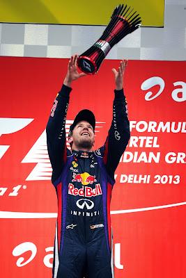 Себастьян Феттель и победный кубок на подиуме Гран-при Индии 2013