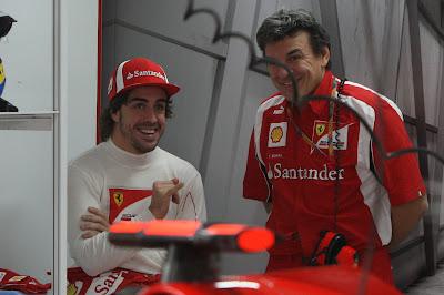 Фернандо Алонсо с механиком в гараже Ferrari на Гран-при Индии 2011