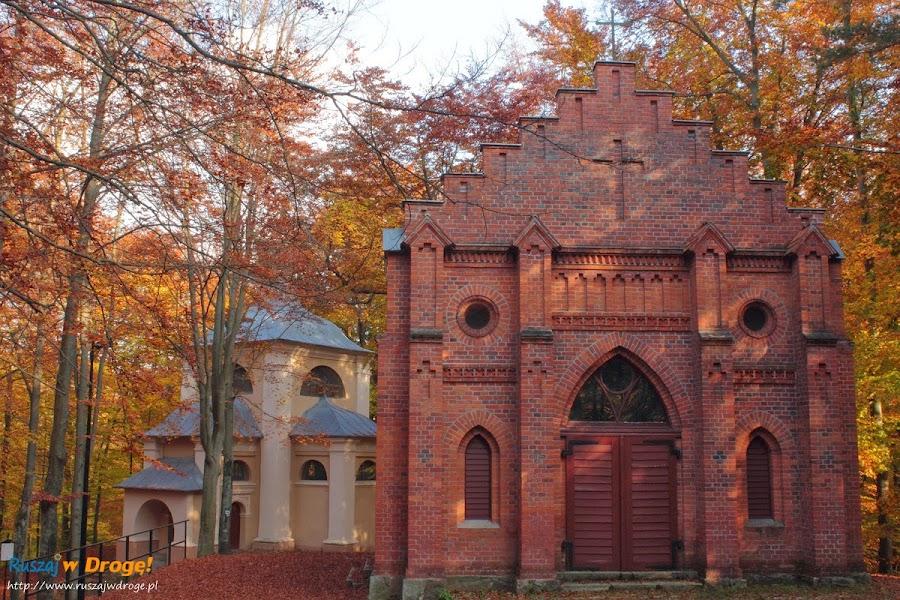 Kalwaria Wejherowska - Kaplica Podjęcia Krzyża i w tle Pałac Piłata