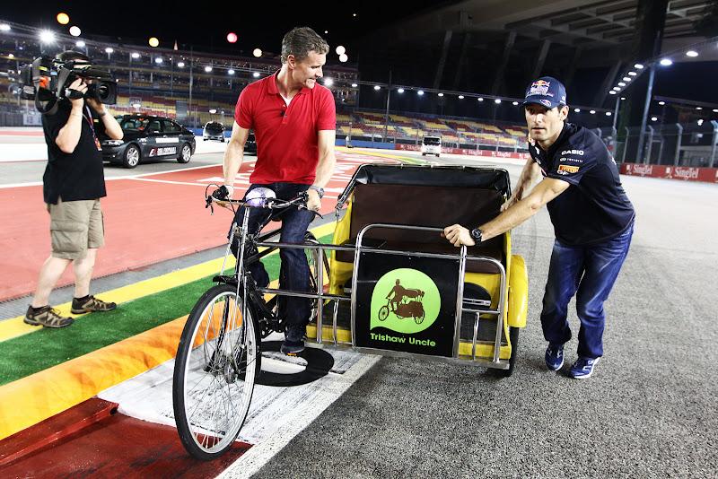 Дэвид Култхард и Марк Уэббер на велосипеде во время съемок для BBC на Гран-при Сингапура 2011
