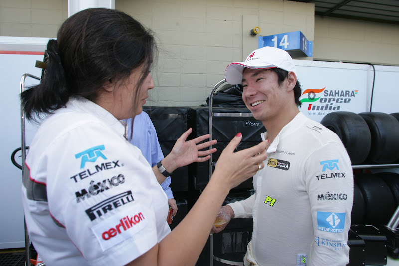 Мониша Кальтенборн поздравляет Камуи Кобаяши с окончанием сезона на Гран-при Бразилии 2011