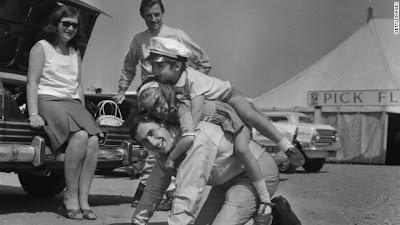 Джеки Стюарт играет с детьми Грэма Хилла Дэймоном и Бриджит в Сильверстоуне 14 мая 1965