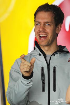 Себастьян Феттель показывает размер на Гран-при Китая 2012