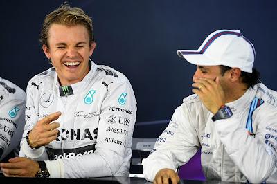 Нико Росберг и Фелипе Масса веселятся на пресс-конференции после квалификации на Гран-при Бразилии 2014