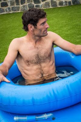 Марк Уэббер в надувном голубом бассейне в Тасмании 2012