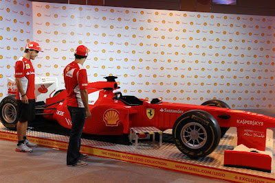Фернандо Алонсо и Фелипе Масса и болид Ferrari из лего на Гран-при Сингапура 2012