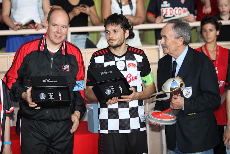 Принц Альберт и Джанкарло Физикелла с наградами на благотворительном футбольном матче в Монте-Карло 2011
