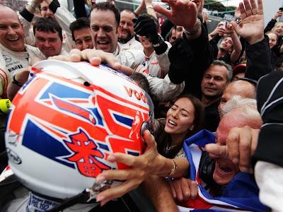 Джессика Мичибата встречает Дженсона Баттона после его победного финиша на Гран-при Венгрии 2011