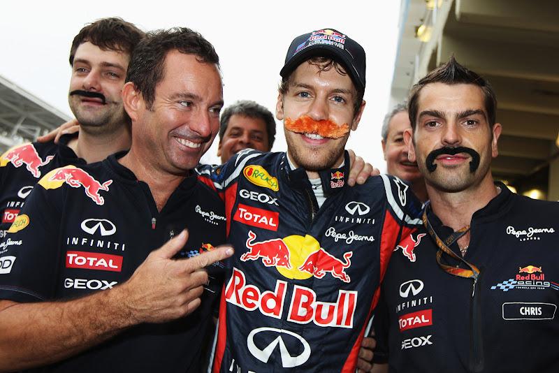 Себастьян Феттель с механиками с усами после рекордного 16-го поула на Гран-при Бразилии 2011