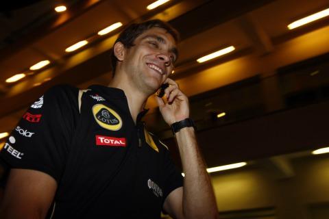 Виталий Петров разговаривает по телефону на Гран-при Абу-Даби 2011
