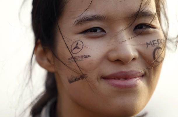 улыбающаяся болельщица Mercedes GP с фэйс-артом на Гран-при Кореи 2011