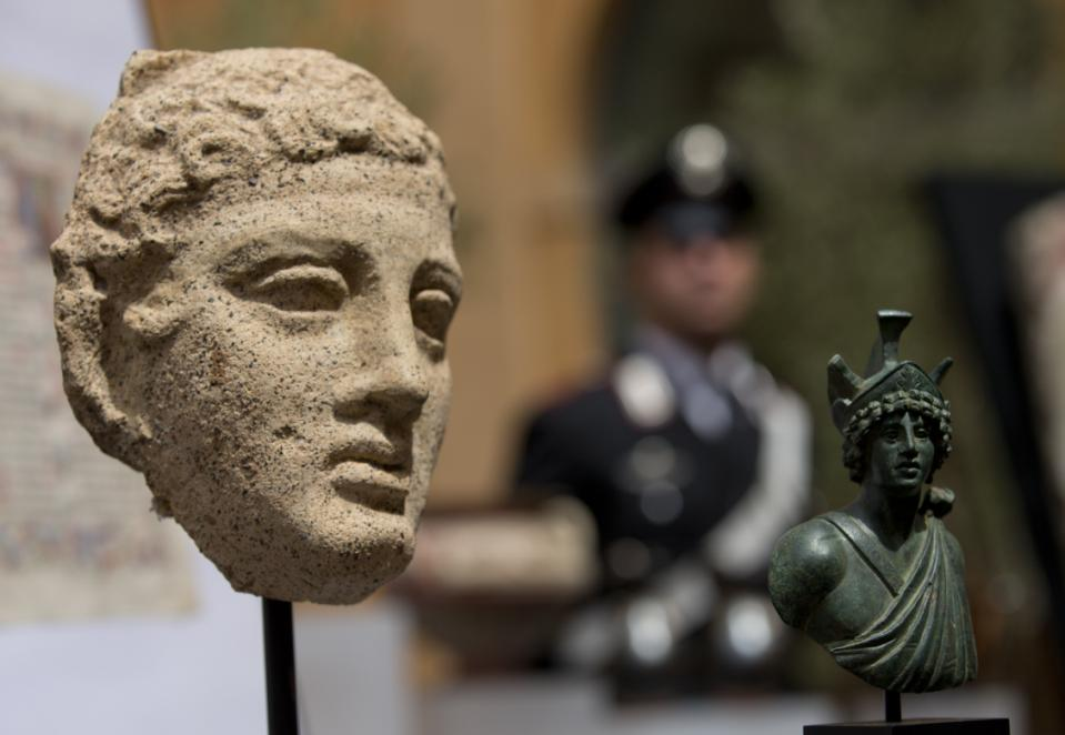 US returns 25 looted artefacts to Italy