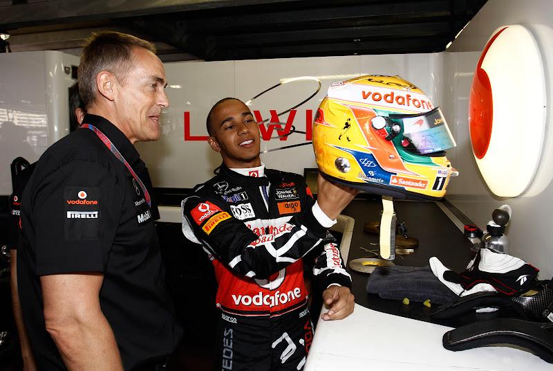 Льюис Хэмилтон показывает шлем Мартину Уитмаршу на Гран-при Монако 2011