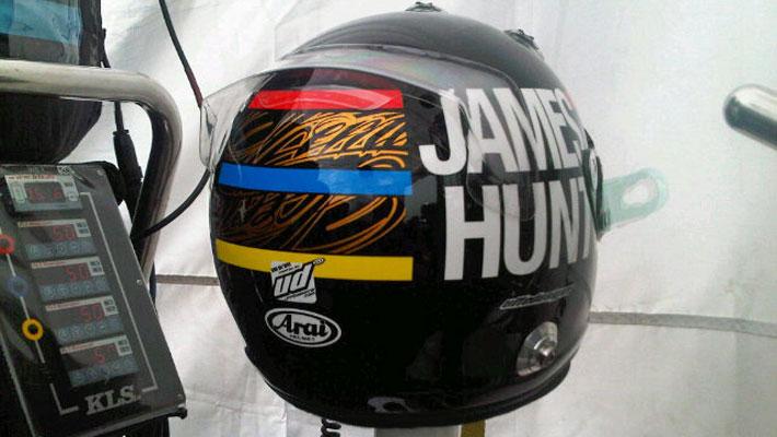 шлем Кими Райкконена в память о Джеймсе Ханте для Гран-при Монако 2012 - вид сзади