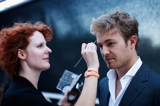 Нико Росберг поправляет макияж на фотосессии  Гран-при Монако 2011