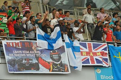 баннер болельщиков Кими Райкконена Leave him alone на трибуне Гран-при Индии 2013