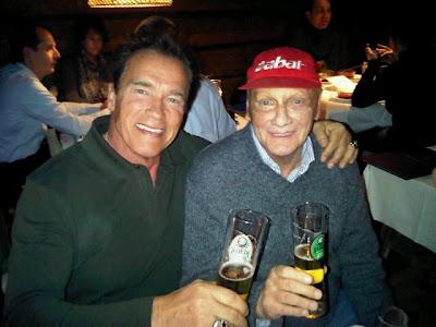 Ники Лауда и Арнольд Шварценеггер пьют пиво в отеле Stanglwirt в Китцбюэле 20 января 2012
