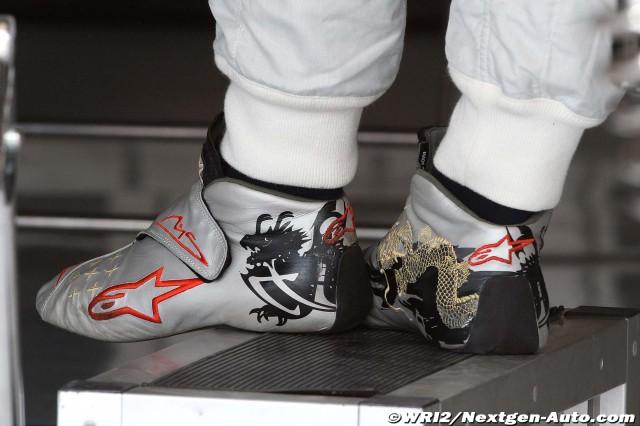 гоночная обувь Михаэля Шумахера с драконами на Гран-при Европы 2011
