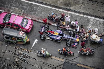 болид Red Bull на улицах Бангкока в Таиланде - апрель 2013