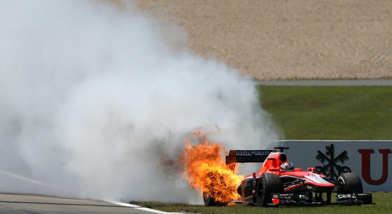 Marussia Жюля Бьянки с горящем мотором на Нюрбургринге на Гран-при Германии 2013