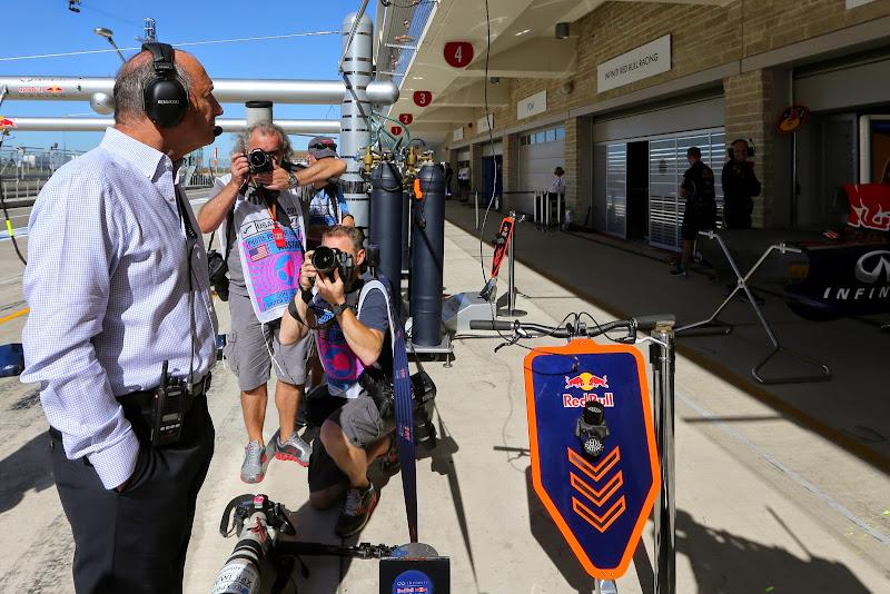 Рон Деннис наблюдает за боксами Red Bull на Гран-при США 2014