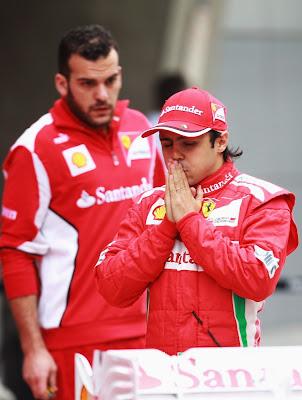 Фелипе Масса и механик Ferrari за спиной на Гран-при Китая 2012