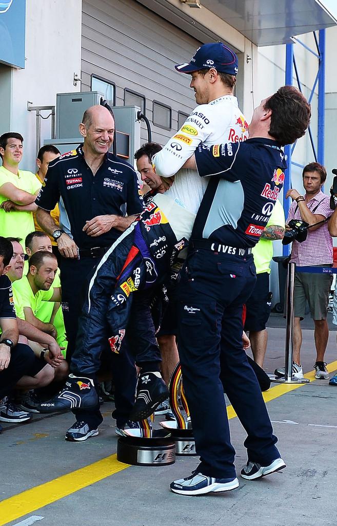 Кристиан Хорнер поднимает на руки Себастьяна Феттеля на праздновании победы на Гран-при Германии 2013