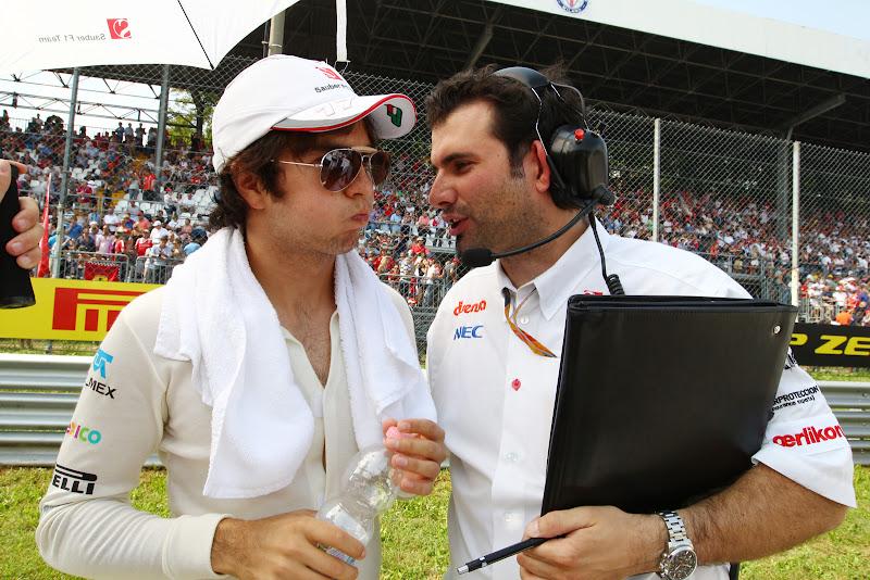 Серхио Перес с надутыми щеками слушает своего механика на Гран-при Италии 2011