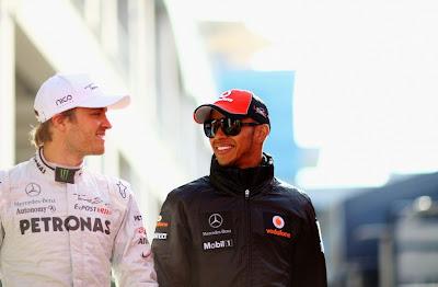 Нико Росберг и Льюис Хэмилтон идут по паддоку Истамбул-Парка на Гран-при Турции 2011