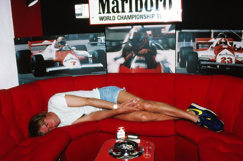 Джеймс Хант дремлет в моторхоуме Marlboro перед комментаторской работой для BBC на Гран-при Испании 1981