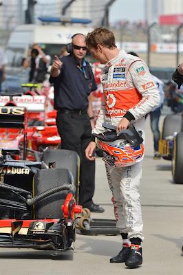 Дженсон Баттон рассматривает болид Lotus после квалификации Гран-при Китая 2013