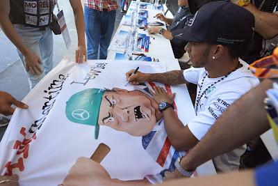 Льюис Хэмилтон болельщики баннер автограф-сессия Сочи Гран-при России 2014