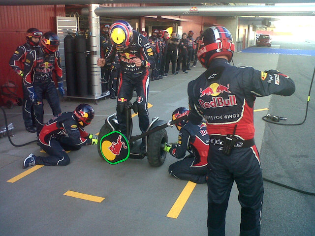 Марк Уэббер на двухколесном чуде проводит пит-стоп с механиками Red Bull - фото F1Thommo