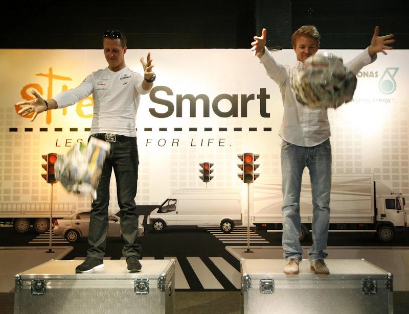 Михаэль Шумахер и Нико Росберг роняют арбуз на выставке технологий в Petrosains в Куала-Лумпур