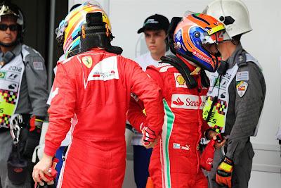 Фернандо Алонсо и Фелипе Масса пожимают руки после квалификации на Гран-при Бразилии 2012