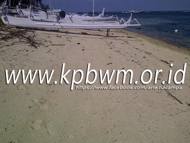 perahu nelayan di pantai labuang campalagian