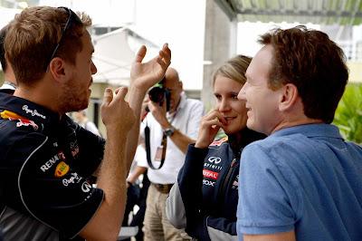 Себастьян Феттель стреляет в воздух и разговаривает с Бриттой Роэске и Кристианом Хорнером на Гран-при Бразилии 2013