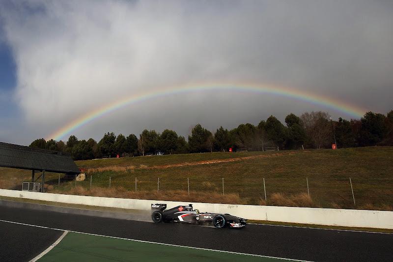 Эстебан Гутьеррес за рулем Sauber и радуга на трассе Каталунья на предсезонных тестах 28 февраля 2013