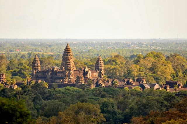 Widok z Phnom Bakheng na Angkor Wat.
