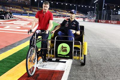 Дэвид Култхард и Марк Уэббер едут на велосипеде во время съемок для BBC на Гран-при Сингапура 2011