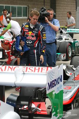 Себастьян Феттель разглядывает болид McLaren после квалификации на Гран-при Кореи 2011