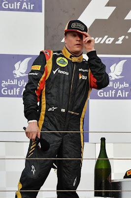 Кими Райкконен поправляет кепку на подиуме Гран-при Бахрейна 2013