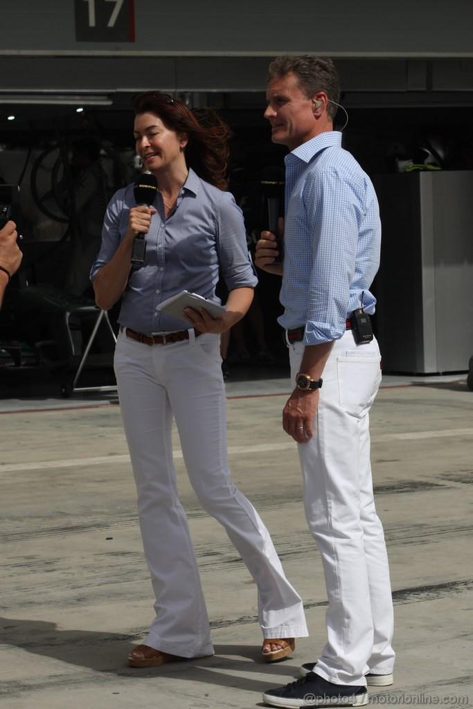 Сьюзи Перри и Дэвид Култхард в белых джинсах и голубых рубашках на пит-лейне Сахира на Гран-при Бахрейна 2013
