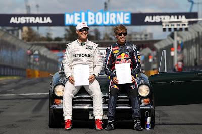 Михаэль Шумахер и Себастьян Феттель с бумажками FIA на фотосессии чемпионов на Гран-при Австралии 2012