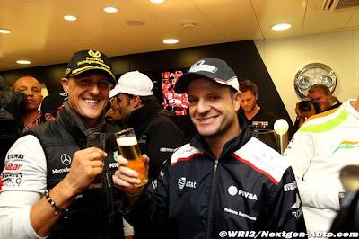 Михаэль Шумахер и Рубенс Баррикелло пьют пиво в честь 20-ти лет со дня дебюта Михаэля в Формуле-1 на Гран-при Бельгии 2011