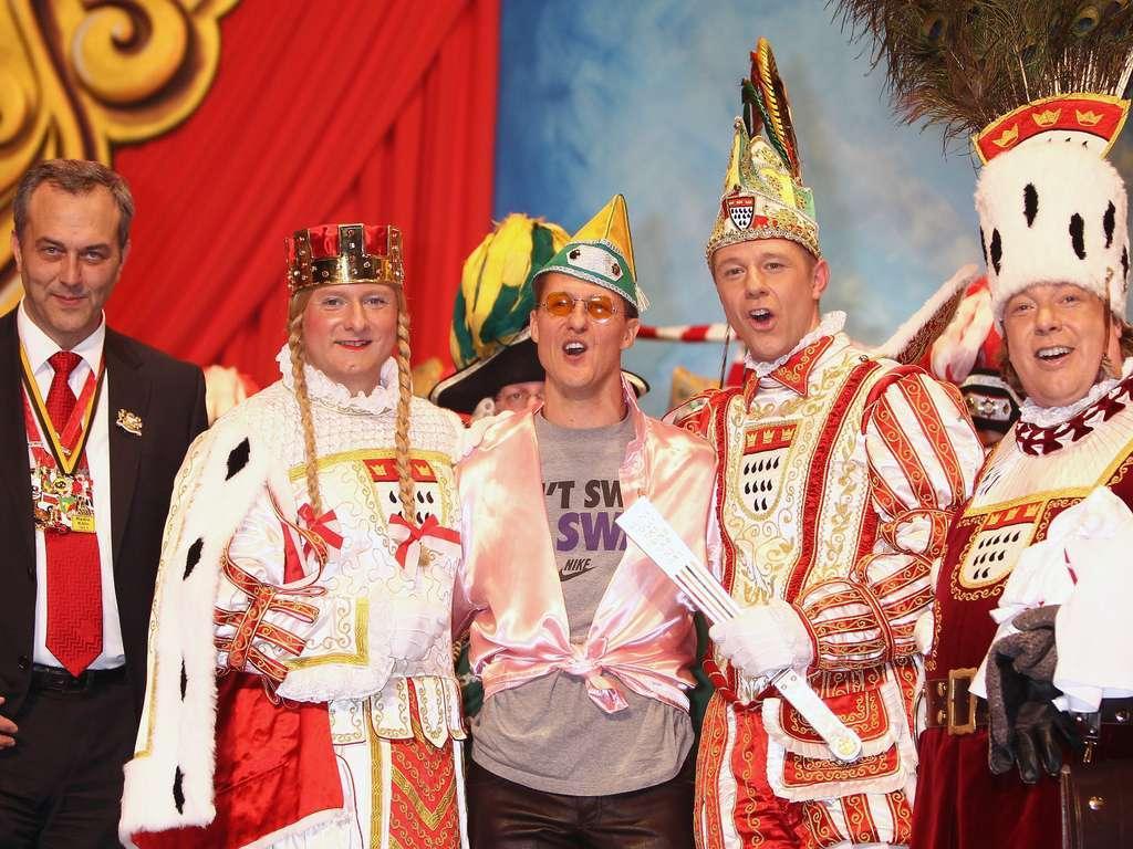 Михаэль Шумахер в круглых очках на карнавальной вечеринке в Кельне