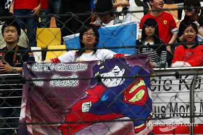 болельщики Роберта Кубицы с баннером Супермена на Гран-при Китая 2012