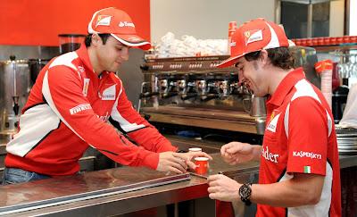 Фелипе Масса готовит чашечку кофе Фернандо Алонсо на спонсорском мероприятии Shell перед Гран-при Австралии 2012