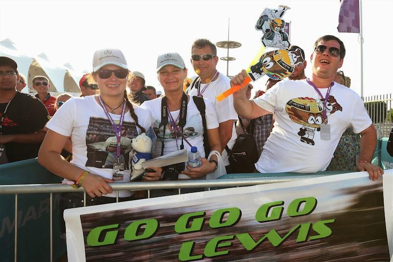 болельщики Льюиса Хэмилтона с атрибутикой MiniDrivers и баннером Go Go Go Lewis на Гран-при Абу-Даби 2013