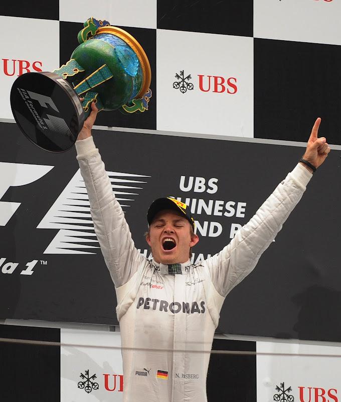 Нико Росберг празднует победу на подиуме Гран-при Китая 2012